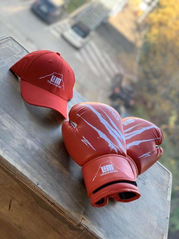 Gants et casquette rouges LimTraining
